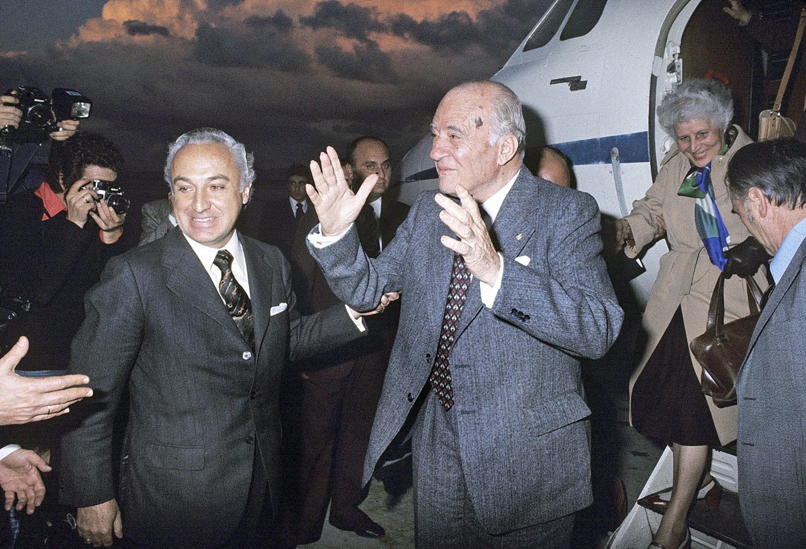 Josep Tarradellas i la seva esposa, Antònia Macià, són rebuts a Barajas pel ministre de Treball, Manuel Jiménez de Parga, en baixar de l'avió provinent de Tours, després de 38 anys d'exili, el 20 d'octubre de 1977. Fotografia d'Efe.