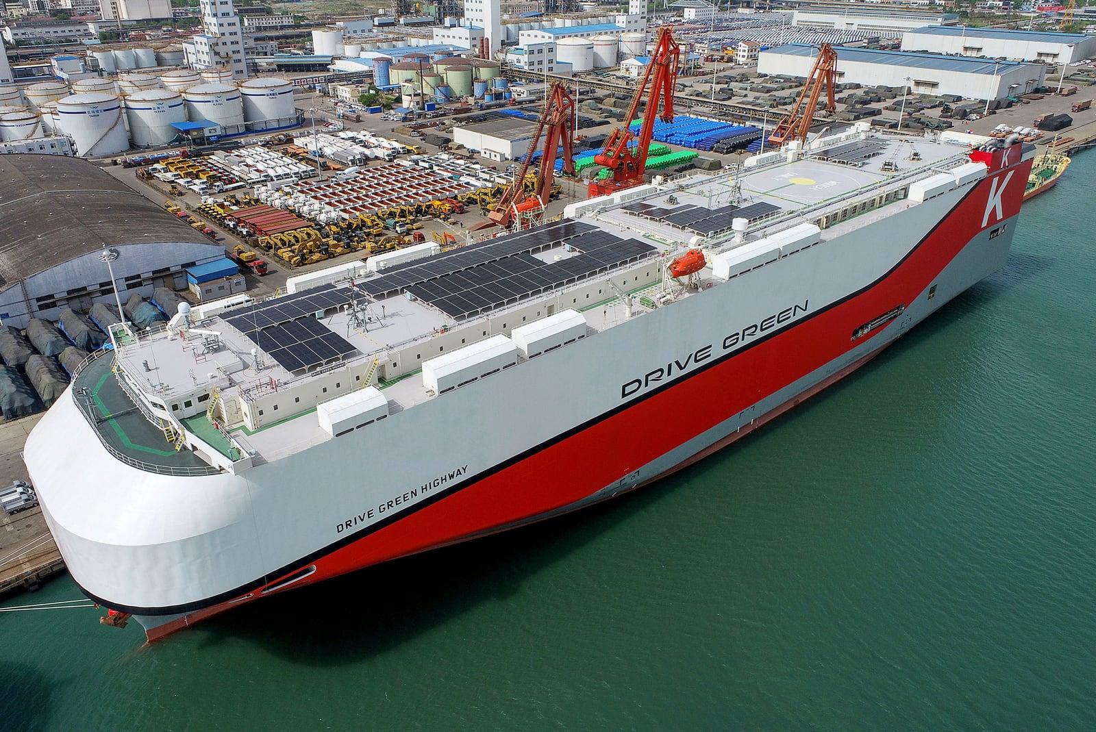 Un gran vaixell carregat de cotxes xinesos per ser exportats a Mèxic, al port de Lianyungang, l'abril del 2021. Fotografia de Costfoto Barcroft. Getty Images.