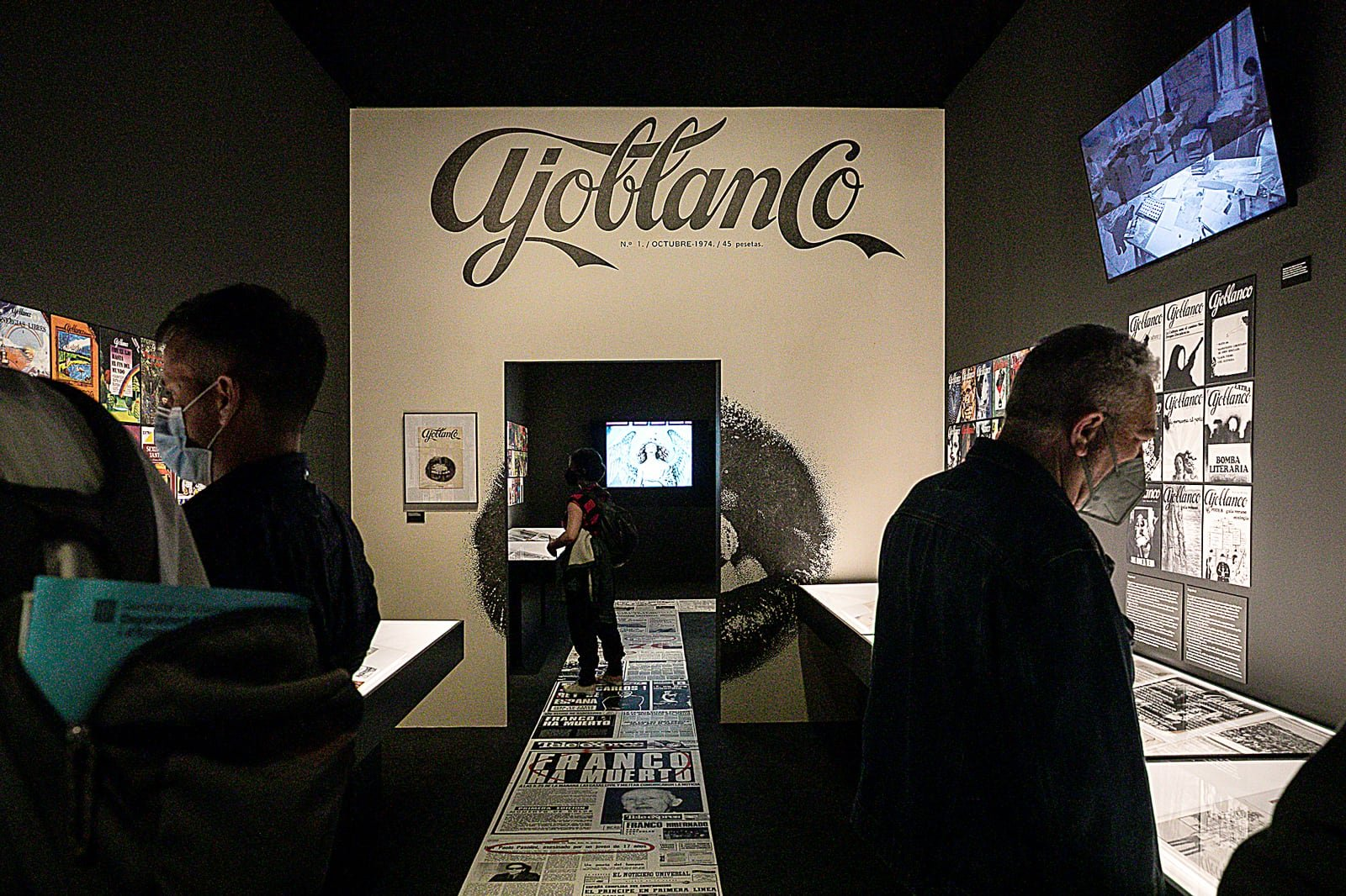 Una de les sales de l'exposició L'underground i la contracultura a la Catalunya dels 70, al Palau Robert. Fotografia d'Ivan Fernández Aparici.