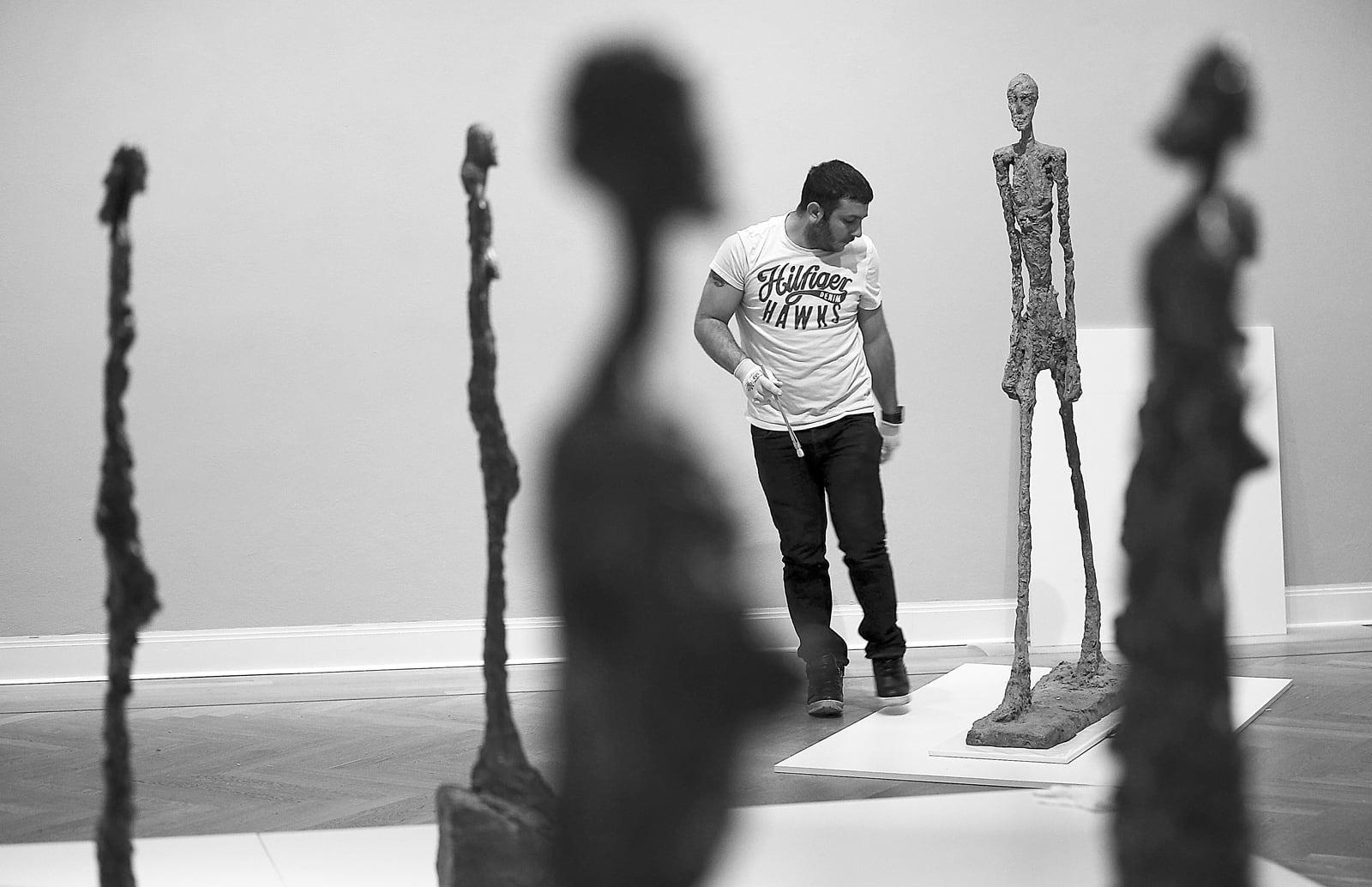 Preparació per l'exhibició de l'escultura L'home que camina d'Alberto Giacometti, al Museu Picasso de Münster, Alemanya, el 2016. Fotografia d'Oliver Berg. AFP. Getty Images.